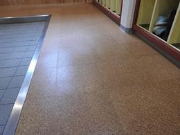 下駄箱プロジェクト07コルクタイルの床.JPG